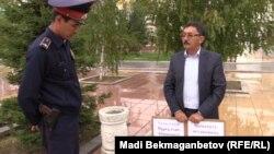 Орал қаласының тұрғыны Иса Бекетов Жоғарғы сот алдында жалғыз адамдық пикетте тұр. Астана, 2 қыркүйек 2015 жыл.