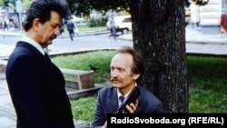 В'ячеслав Чорновіл (у центрі) і його соратник Михайло Горинь слухають Радіо Свобода, 1989 рік (архівне фото, автор Микола Муратов)