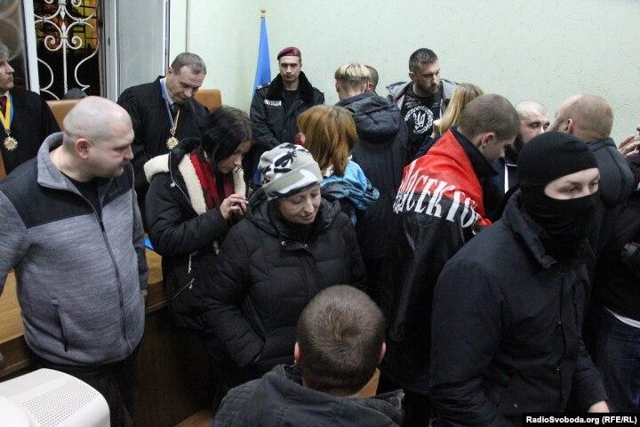 «Правий сектор» заблокував суд у Кіровограді. Почалися сутички