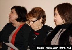 Алия Турусбекова (справа) - жена осужденного оппозиционера Владимира Козлова, Елена Савина (слева) - ее адвокат. Алматы, 29 ноября 2012 года.