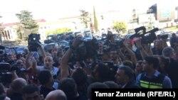 Организаторы протестной акции требовали от ЦИК отстранить от должности председателя окружной избирательной комиссии Зугдиди Миранду Месхи