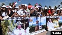 Armenia - Armenian Catholics attend a mass celebrated by Pope Francis in Gyumri's Vardadants Square, 25Jun2016.
