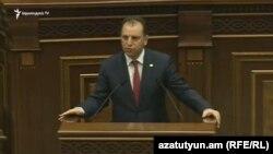 Armenia - Defense Minister Vigen Sargsian speaks in parliament, 5Oct2016