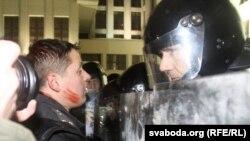 Былы міліцыянт Аляксандар Класкоўскі і супрацоўнік АМАП пасьля бойкі праваахоўнікаў з народам