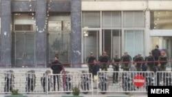 عکسی که خبرگزاری مهر از حضور پلیس در برابر ساختمان وزارت نفت منتشر کرده است