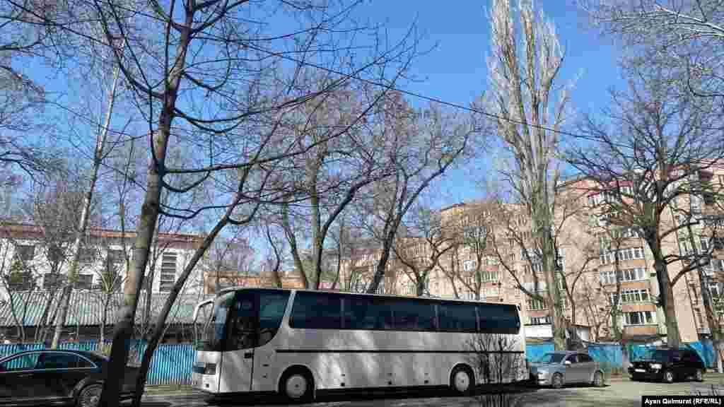 Тұрғын үйлер арасында терезелері қараңғы ірі автобустар да тұрды.Алматы, 27 наурыз 2021 жыл.