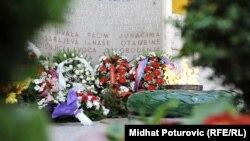 Vijenci i cvijeće kod Vječne vatre u Sarajevu