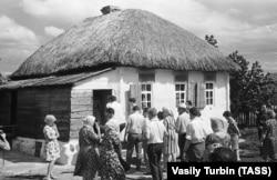 Хутір Кружилин у Ростовській області, 2 липня 1965 року. Делегація з тодішньої Німецької Демократичної Республіки на запрошення письменника Михайла Шолохова відвідує будинок, у якому він народився