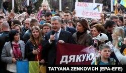 Президент Петро Порошенко зі своїми прихильниками, які прийшли на Банкову, щоб висловити подяку за зроблене ним для України. Київ, 22 квітня 2019 року