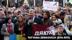 Президент Петр Порошенко со своими сторонниками, пришедшими на Банковую для выражения благодарности за сделанное им для Украины. Киев, 22 апреля 2019 года