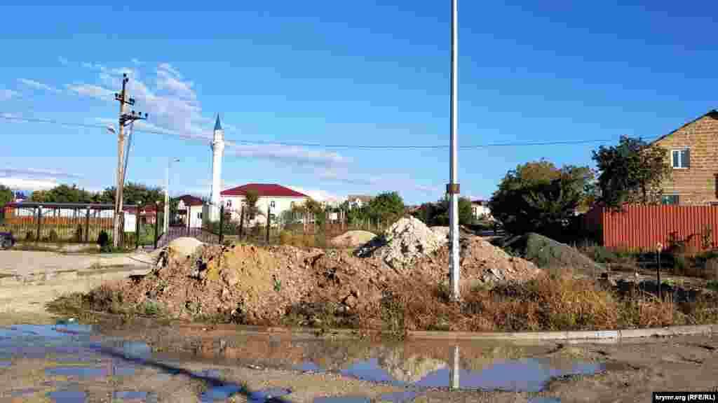 Arqa tarafında «Borçoqraq» qasabasınıñ camisi olğan gölçik
