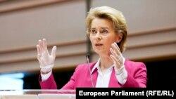 Председателката на Европейската комисия Урсула фон дер Лайен говори на извънредната сесия на Европейския парламент в Брюксел, която трябва да приеме пакет от икономически мерки за справяне с последиците от епидемията от коронавирус, с латексови ръкавици