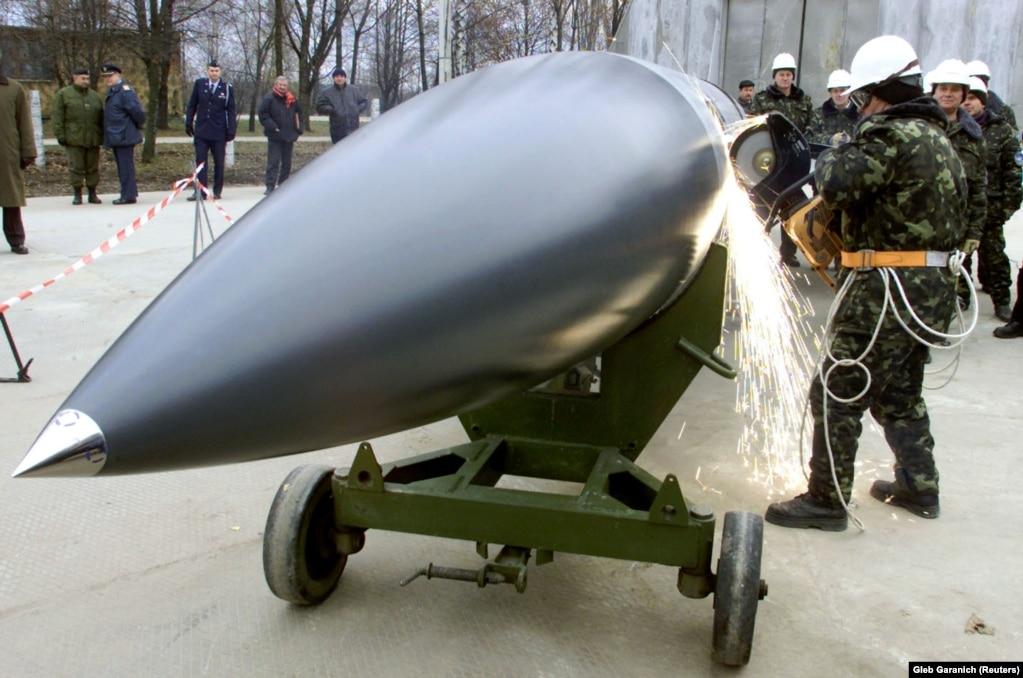 """Украинские рабочие разрезают противокорабельную ракету воздушного базирования Х-22 """"Буря"""" у села Озерное 6 ноября 2002 года"""