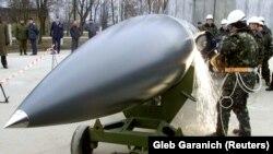 Українські робітники розрізають протикорабельну ракету повітряного базування Х-22 «Буря» біля села Озерне, 6 листопада 2002 року