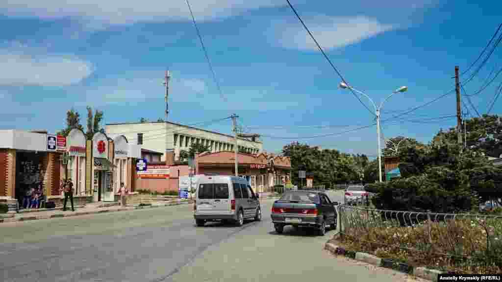 Санаторії, пансіонати і торгові точки розташовуються в курортному селищі уздовж вулиці Алея Дружби