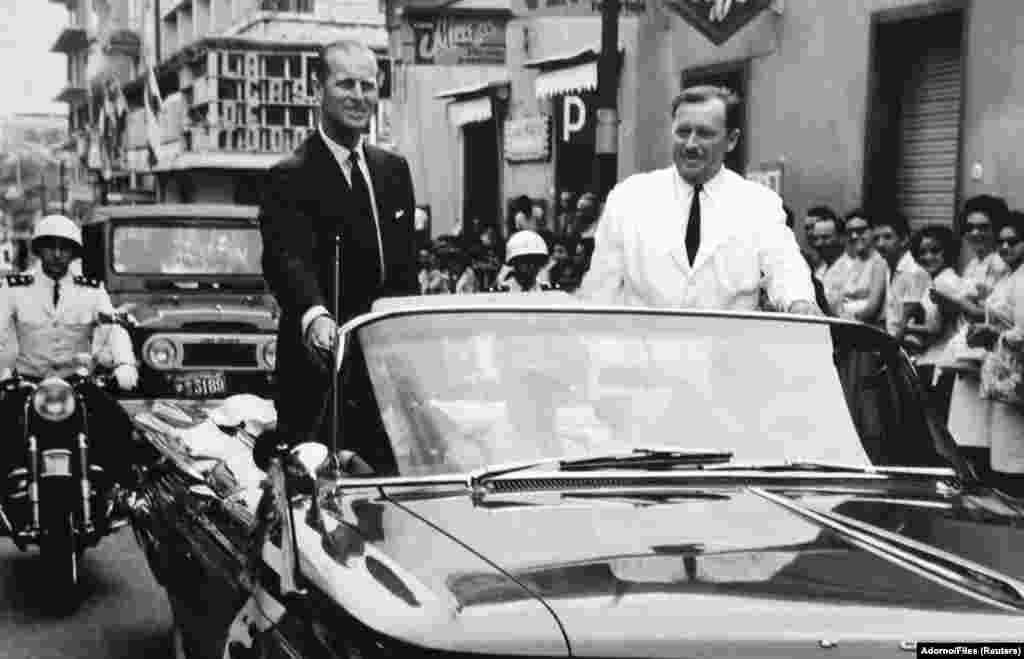 Dictatorul paraguayan Alfredo Stroessner alături de prințul britanic Philip, ducele de Edinburgh, în timpul unei vizite a prințului în centrul orașului Asuncion, Paraguay. Fotografia este din 1963. Fostul dictator paraguayean Stroessner a murit pe 16 august 2006 la un spital din capitala braziliană Brasilia. REUTERS / R. E. Adorno / Files (PARAGUAY)