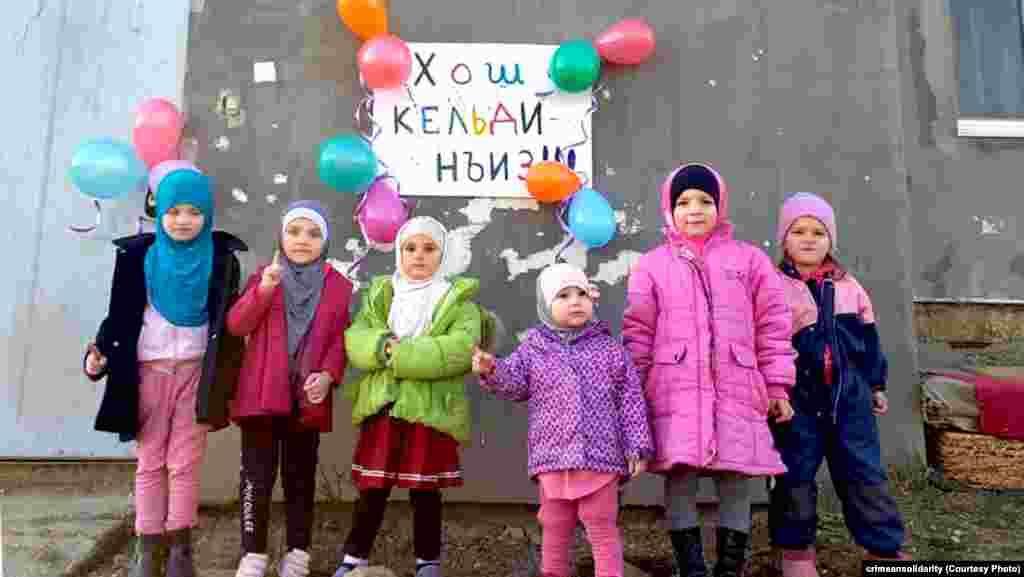 Fotoresimde apiske alınğan Teymur Abdullayev, Remzi Bekirov, Ruslan Suleymanov ve Vladlen Abdulkadırovnıñ qızları