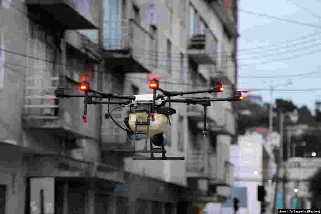 У Чилі використовують безпілотники для розпилення дезінфікуючих засобів на вулицях під час спалаху коронавірусної хвороби