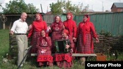 Музыка белгече Геннадий Макаров нугайбәкләрнең фольклор ансамбле белән
