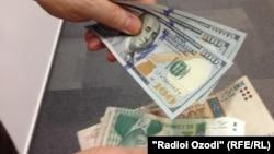 Тәжікстан валютасы - сомони мен АҚШ доллары (Көрнекі сурет).
