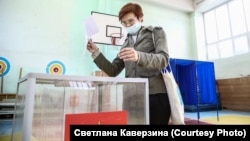 A woman casts her ballot in regional elections in Novosibirsk on September 13.