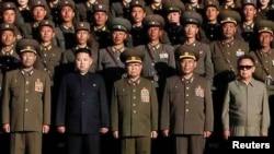 Лидерот на Северна Кореја, Ким Јонг ил и воени претставници