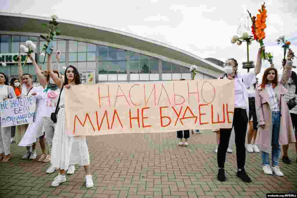 Одна зі світлин із мирного протесту жінок у Мінську від 12 серпня. Тоді кілька сотень жінок у білому одязі і з квітами в руках вишикувалися в ланцюг на знак солідарності проти насильства під час протестів у Білорусі. Більше фото з акції дивіться у фоторепортажі Радіо Свобода