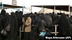 Женщины выстраиваются в очередь за гуманитарной помощью в лагере беженцев в сирийской провинции Хасака. Иллюстративное фото.