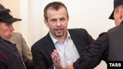 Євгена Урлашова (с) виводять із зали суду, Ярославль, 3 серпня 2016 року