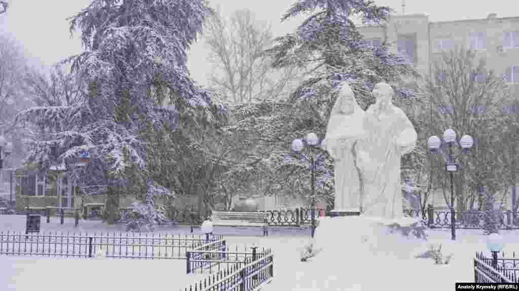 Ayvazovskiy ağa-qardaşlarnıñ eykeli yanında