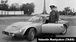 Cosmonautul Iuri Gagarin și automobilul său franțuzesc Matra. 1965, TASS