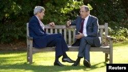 Керри и Лавров во время встречи в Париже в резиденции посла России во Франции 14 октября 2014 года