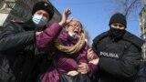 Полицейские задерживают женщину во время митинга. Алматы, 28 февраля 2021 года.