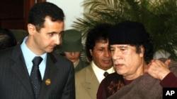 د سوریا ولسمشر بشارال اسد د لیبییا له مشر معمر قذافي سره الجیریا کې د عرب سرمشریزې پر مهال.نېټه ۲۲/۰۳/۲۰۰۵