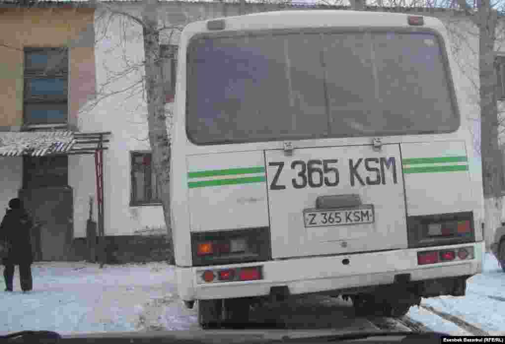 """Автобус, который ждет """"избирателей"""". Астана, 3 апреля 2011 года."""