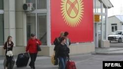 """Кыргыз-казак чегиндеги """"Ак жол"""" өтмө бекети, 2010-жылдын 11-майы."""