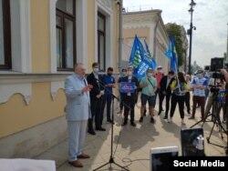 Депутат Госдумы Владимир Жириновский во время митинга у здания посольства КР в России. Фото взято из телеграм-канала политика.