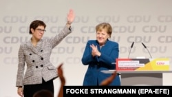 АКК пришла, но ненадолго. Ангела Меркель приветствует свою преемницу на съезде ХДС в 2018 году