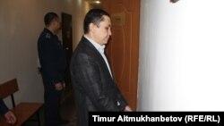 OCC компаниясы кәсіподағының еңбек инспекторы Нұрбек Құшақбаев Астана соты ғимаратының ішінде тұр. 7 сәуір 2017 жыл.