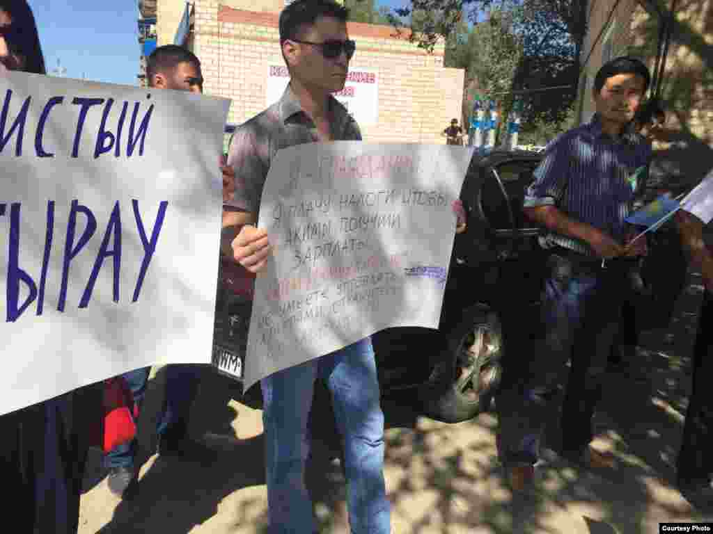 Участник акции протеста заявляет о своих требованиях как налогоплательщик.