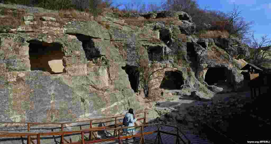 Чотириярусні бойові печери біля Південних воріт