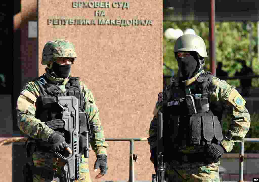 МАКЕДОНИЈА - Силно полициско обезбедување пред Основниот суд Скопје 1 за време на изрекувањето на пресудата за случајот Диво Насеље. Судот соопшти дека од 37-темина обвинети за тероризам, 33 се осудени за ова дело, а четири лица добиле ослободителна пресуда.