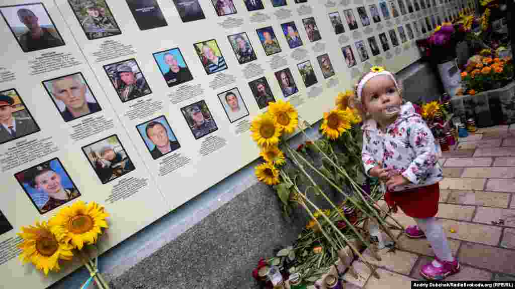 Ліза, сестра загиблого Георгія Тороповського з 40-го батальойону територіальної оборони «Кривбас». Мати Георгія Тетяна після загибелі єдиного 18-річного сина наважилася на пізніх дітей і народила ще двох – хлопчика і дівчинку