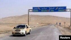 Дорожный знак на пути в Пальмиру, Сирия, 24 марта 2016 года.