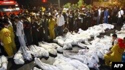 پلیس و خانوادههای قربانیان حادثه در کنار جسدهایی ایستادهاند که در نخستین ساعات سال نو میلادی کفنپوش شدهاند. (عکس:Afp)