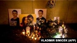 Портреты Яна Куциака и его невесты на импровизированном мемориале в их честь. Братислава, февраль 2019 года.