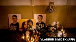 Портреты Яна Куциака и его невесты на импровизированном мемориале в их честь. Братислава, февраль 2019 года