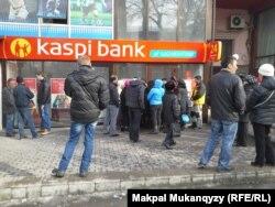 Люди стоят у здания банка. Алматы, 20 февраля 2014 года.