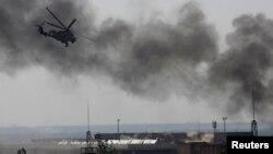 Український вертоліт атакує бойовиків поблизу аеропорту Донецька, 26 травня 2014 року