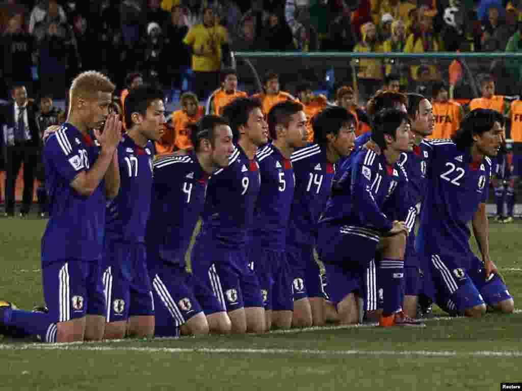 Парагвай – Японія 0:0, по пенальті 5:3. Так японці стежать за перебігом серії пенальті. - Вперше в історії чемпіонатів світу з футболу південноамериканських збірних в 1 / 4 фіналу виявилося більше, ніж європейських. У «чудовій вісімці» Південну Америку представляють чотири країни (Аргентина, Бразилія, Парагвай і Уругвай), а Європу – три: Німеччина, Голландія та Іспанія. Континент-господар – Африка – представлений збірною Гани. 2-3 липня пройдуть чвертьфінальні матчі.